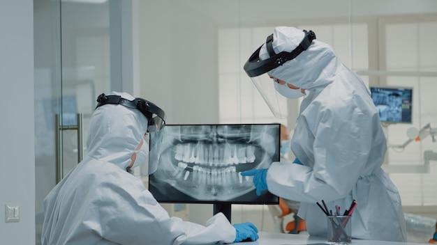 Professioneller stomatologe, der sich die zahnanimation auf dem bildschirm ansieht