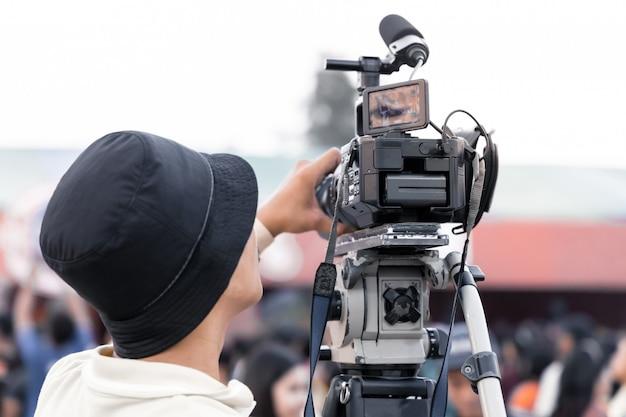 Professioneller techniker für digitale videokameras. videographer mit ausrüstung bei der veranstaltung.