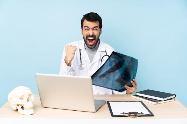 Professioneller traumatologe am arbeitsplatz frustriert von einer schlechten situation