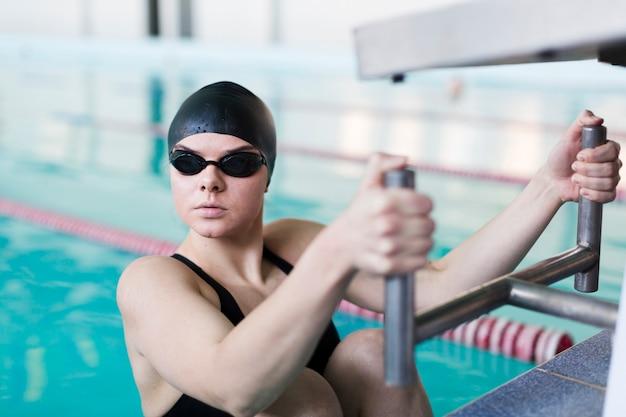 Professioneller weiblicher schwimmer, der weg schaut