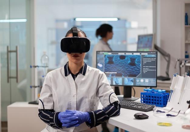 Professioneller wissenschaftler mit virtual-reality-brille mit medizinischer innovation im labor