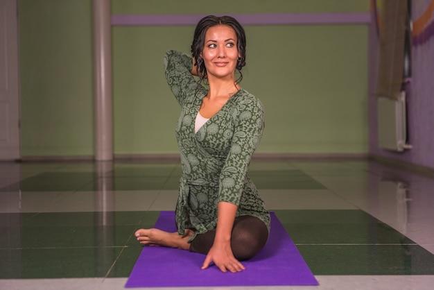 Professioneller yogatrainer präsentiert yoga-übungen