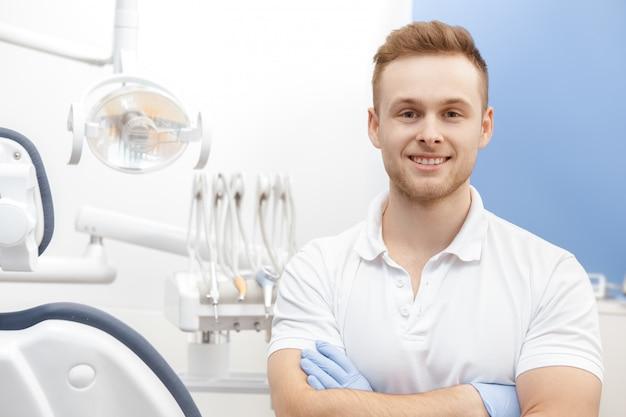 Professioneller zahnarzt in seiner klinik