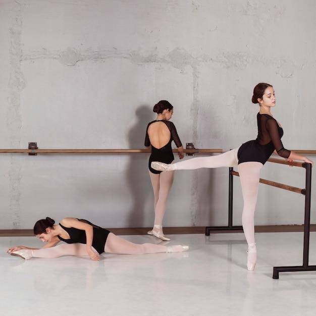 Professionelles ballerinatraining zusammen mit trikots und spitzenschuhen