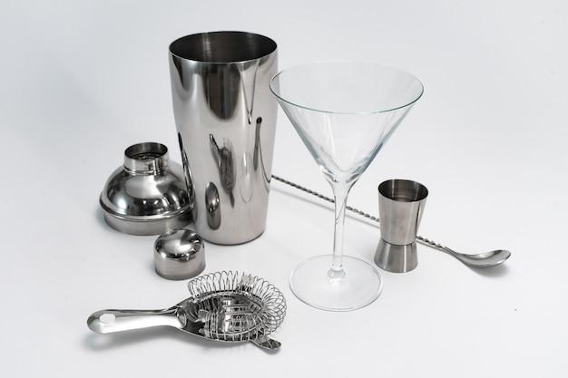 Professionelles barkeeper-set-set cocktailshaker barlöffel hawthorne sieb auf weißem hintergrund