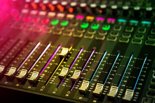 Professionelles bedienfeld für sound- und audiomixer mit tasten und schiebereglern