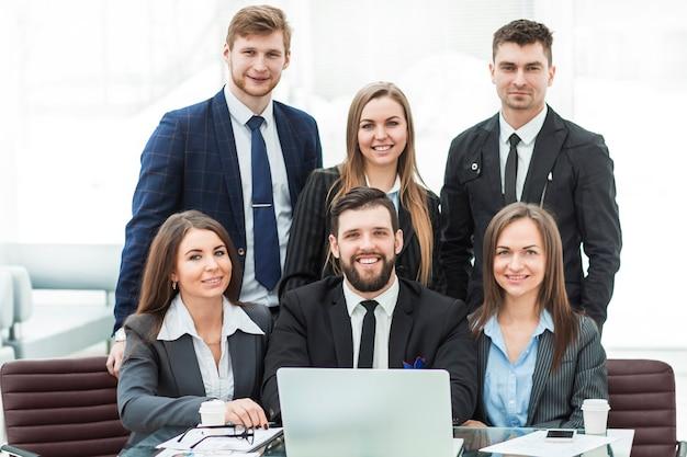Professionelles business-team am arbeitsplatz im büro.