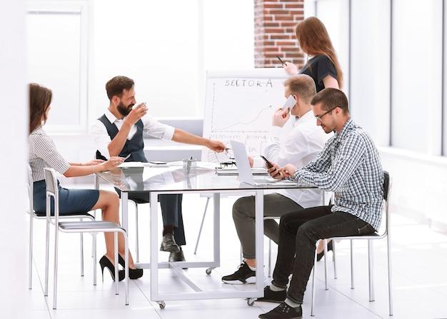 Professionelles business-team diskutiert die präsentation des neuen projekts. das konzept der teamarbeit