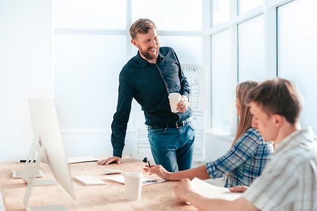 Professionelles business-team diskutiert neue ideen. das konzept der teamarbeit