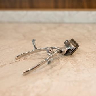 Professionelles friseurwerkzeug für haarschnitt auf tabelle