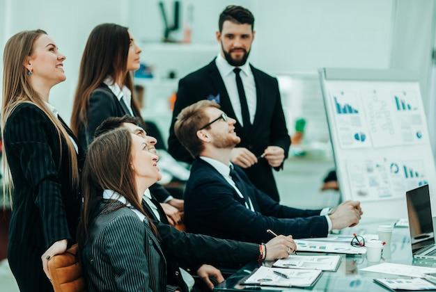 Professionelles geschäftsteam, das an einem neuen finanzprojekt an einem arbeitsplatz in einem modernen büro arbeitet