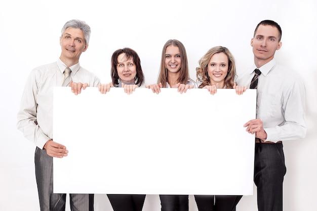 Professionelles geschäftsteam mit großem leerem plakat. isoliert auf weißem hintergrund