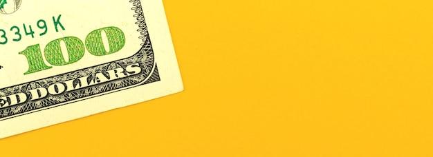 Professionelles investitionsplanungsbanner mit geld auf bürotisch, geschäfts- und finanzkonzept, 100-dollar-schein auf gelbem hintergrund, kopienraumfoto