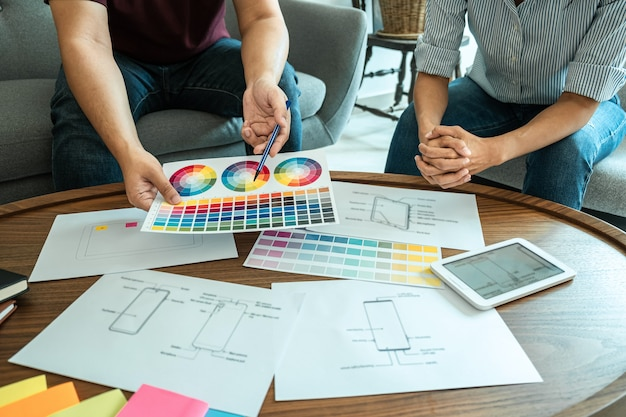 Professionelles kreativteam von web- / grafikdesignern planung, zeichnen von website-ux-apps für mobiltelefonanwendungen und entwicklungsvorlagenlayout, prozess zum prototyp-drahtmodell, benutzererfahrung.