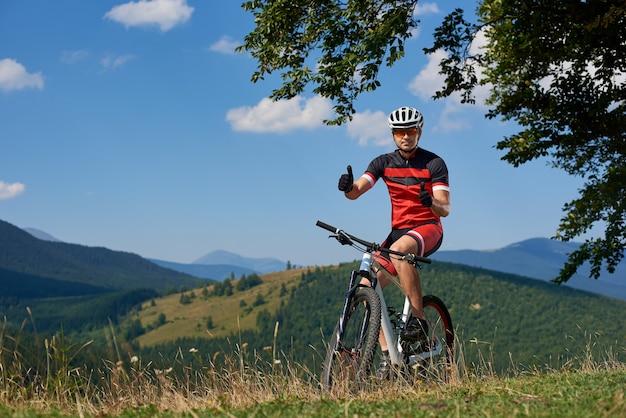 Professionelles männliches biker-fahrrad auf spur
