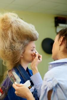 Professionelles make-up in einem kosmetikstudio.