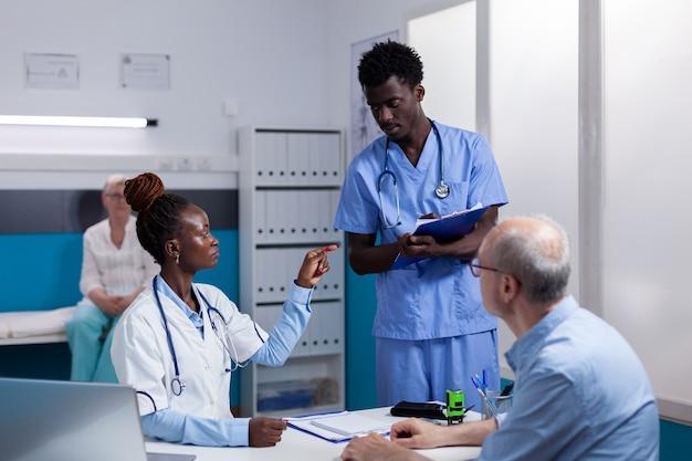 Professionelles medizinisches team von schwarzen, das beratungen macht