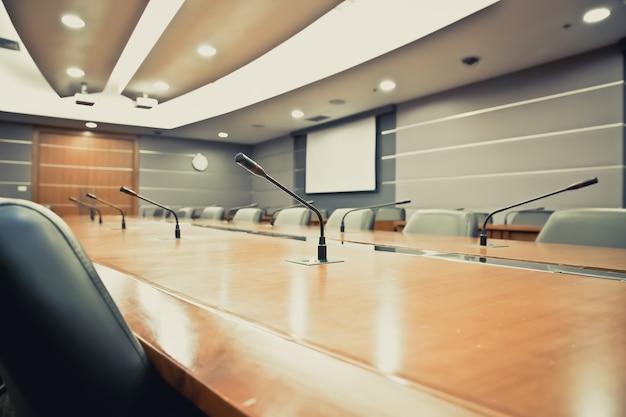 Professionelles meeting-mikrofon im sitzungssaal.