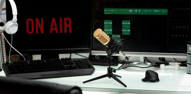 Professionelles mikrofon auf arbeitstisch für podcast-übertragung oder radioansprache