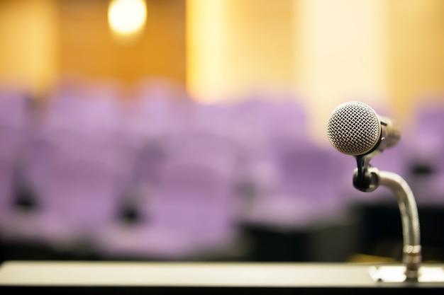 Professionelles mikrofon auf dem podium.