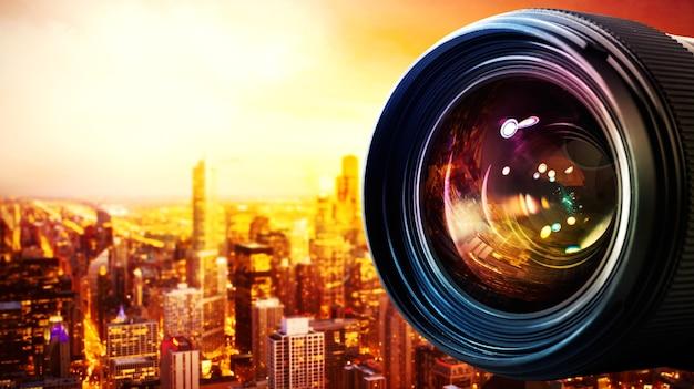 Professionelles objektiv der reflexkamera mit lichteffekten und stadt