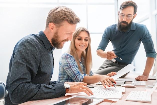 Professionelles personal, das den finanzbericht im büro überprüft. geschäftskonzept
