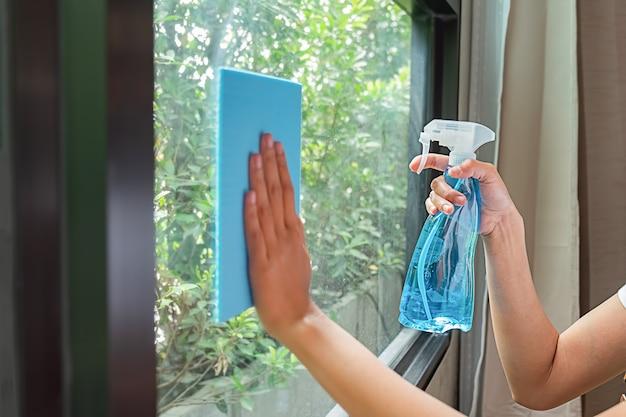 Professionelles reinigungsservice-team, das mit reinigungsgeräten im raum arbeitet. reinigungsservice-konzept.