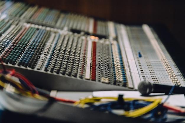 Professionelles soundboard mit audiomixer-bedienfeld mit tasten und schiebereglern.