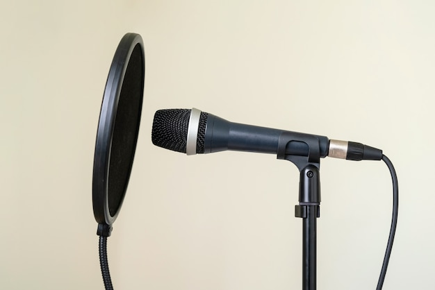 Professionelles studiomikrofon mit poppschutz auf stativ