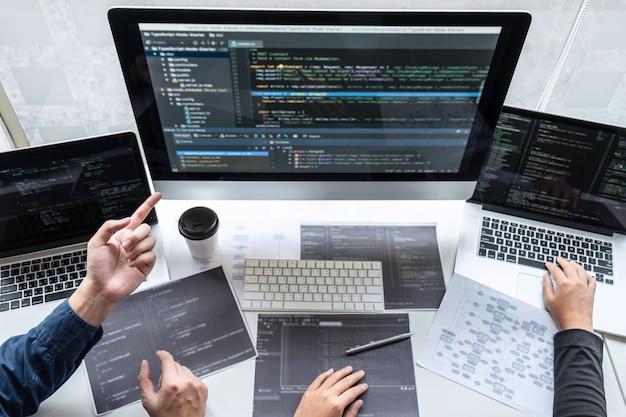 Professionelles team von programmierern, die an einem projekt in einem softwareentwicklungscomputer in einem it-unternehmen arbeiten