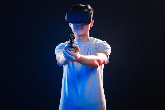 Professionelles training. schlauer netter mann, der auf sie zielt, während sie in der virtual-reality-brille sind