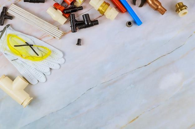 Professionelles wasserversorgungsset für klempnerhandwerker zum schneiden von polypropylenrohren, plastikecken, schraubenschlüsseln und arbeitshandschuhen