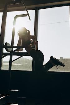 Professionelles weibliches turnertraining auf barren an der turnhalle