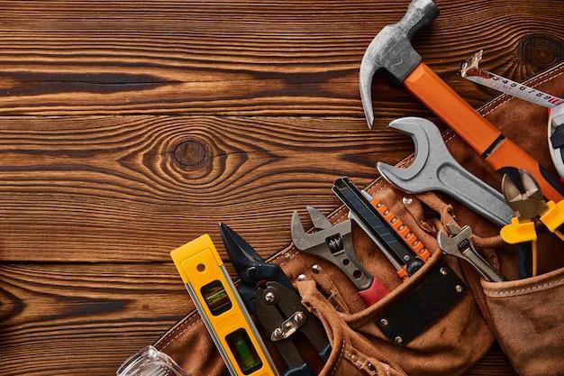 Professionelles werkstattinstrument, makroansicht. tischlerwerkzeuge, baumaschinenausrüstung, schraubendreher und schraubenschlüssel, pfähle und metallscheren, hammer und wasserwaage