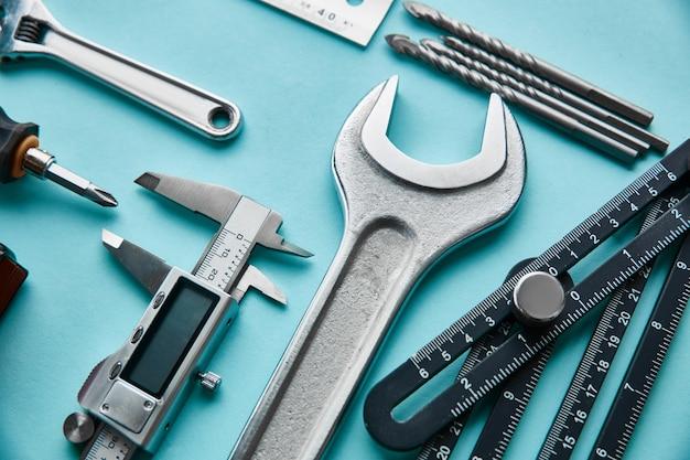 Professionelles werkstattinstrument, messwerkzeuge. tischler-, baumeister- oder holzarbeiterausrüstung,
