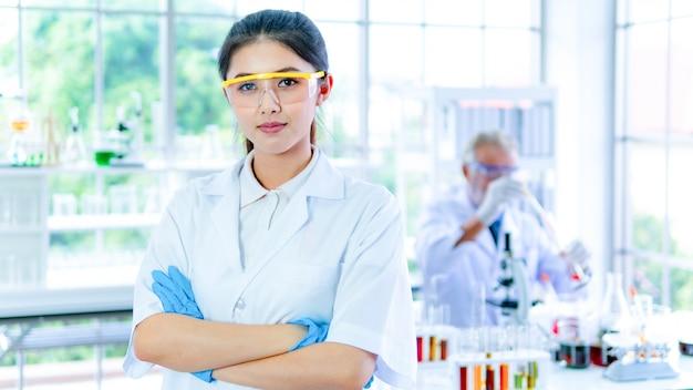 Professorin forscherin weißes kleid steht zuversichtlich mit gesichtskonzentration.