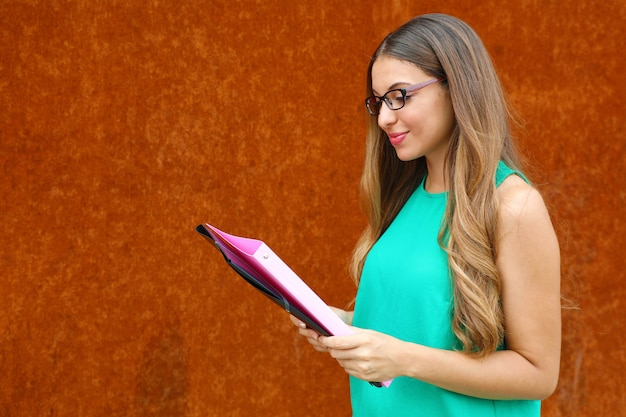 Professorin oder geschäftsfrau, die dokumente im freien mit kopienraum liest