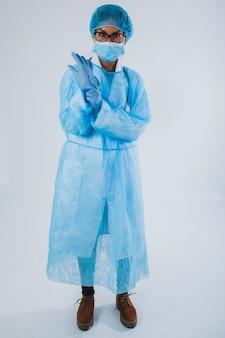 Profi-chirurg mit handschuhen