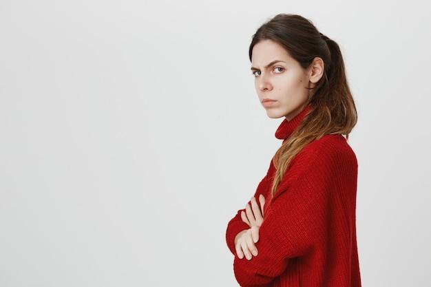 Profil der frau, die kamera mit wütendem, beleidigtem gesicht dreht