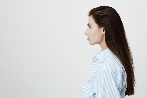 Profil der selbstbewussten unternehmerin, die nach links schaut