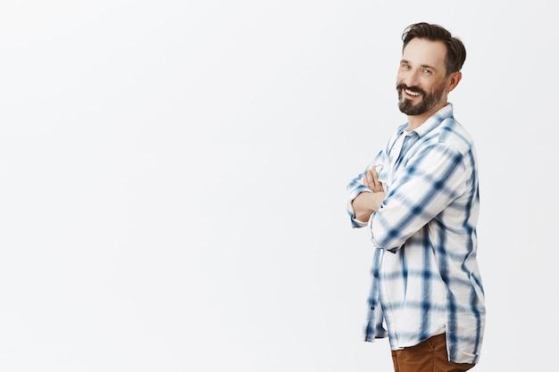 Profil des lächelnden bärtigen reifen mannes, der aufwirft