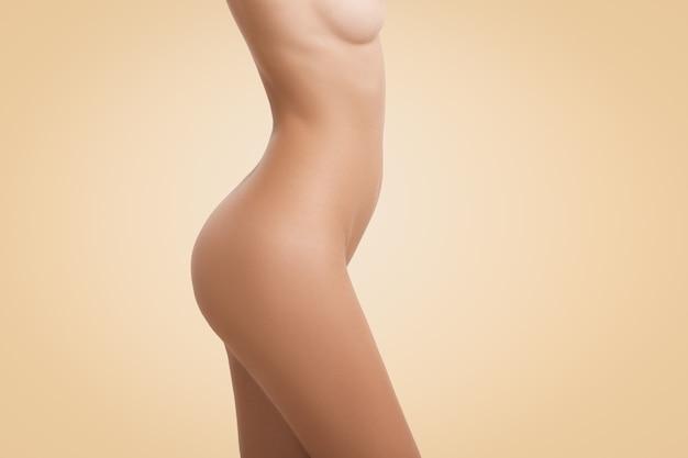 Profil des nackten weiblichen körpers