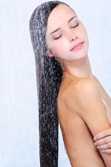 Profil des schönen mädchens beim duschen - nahaufnahmeporträt