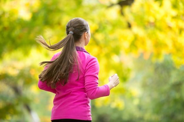 Profil porträt einer jungen attraktiven frau joggen in der autu
