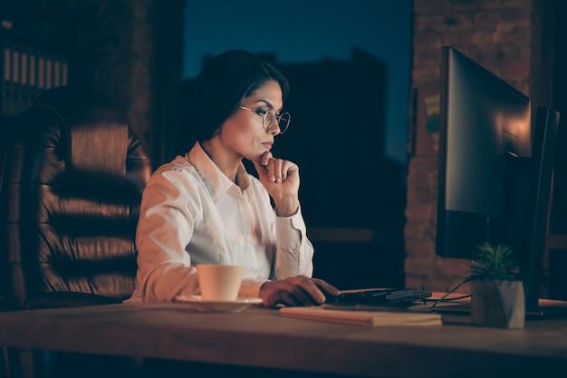 Profil seitenansicht porträt von ihr sie schöne attraktive fokussierte dame wirtschaftswissenschaftler wirtschaftsprüfer rechtsanwalt top-manager firmeninhaber markierungsanalyse frist in der nacht dunkle arbeitsplatz station drinnen