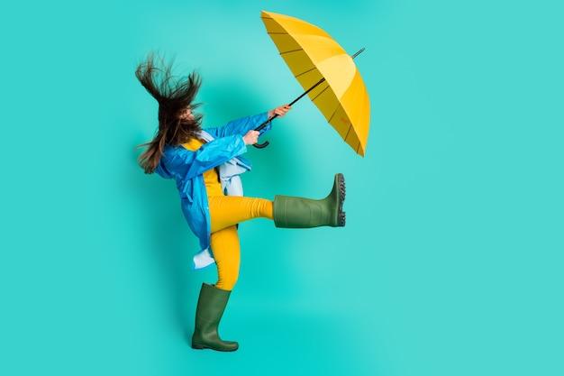 Profil unruhige dame stürmisches regenwetter wind weht regenschirm