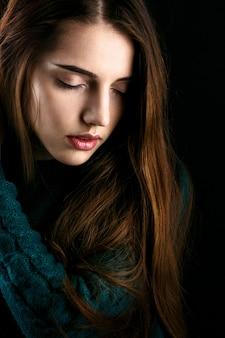 Profil von sensetive junge frau mit den rosa lippen