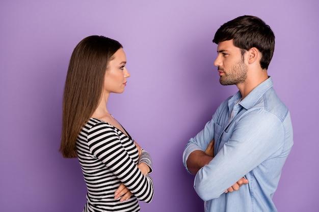 Profil zwei personen paar kerl dame gegenüber wütend aussehende augen arme verschränkt hatte kampf tragen stilvolle lässige outfit isoliert pastell lila farbe wand