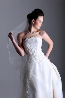 Profilansicht der schönen braut im weißen kleid gekleidet