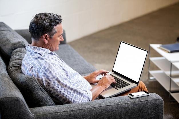 Profilansicht eines geschäftsmannes, der an computer arbeitet